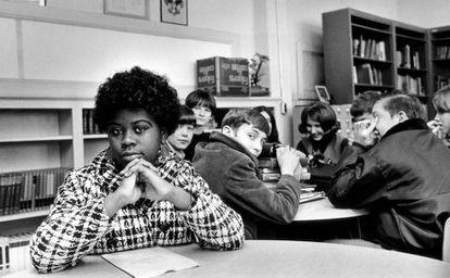 Foto de 1954 mostra Linda Brown no colégio contra o qual entrou na Justiça.
