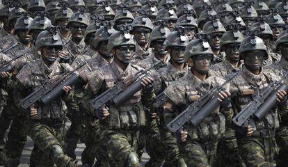 Soldados norte-coreano desfilam para Kim Jong Un.