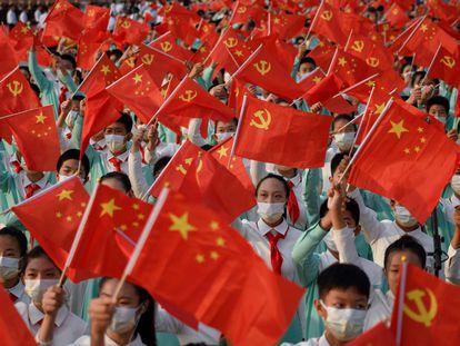 Estudantes participam da celebração do centenário do Partido Comunista da China, na praça Tiananmen, em Pequim.