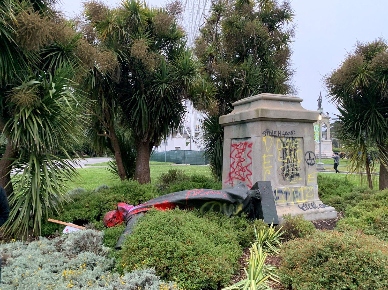 A estátua de Junípero Serra no Golden Gate Park, em San Francisco, depois de ser demolida.