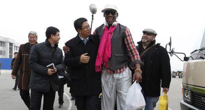 Dennis Rodman chega ao aeroporto de Pyongyang para realizar um jogo de exibição pelo aniversário de Kim Jong-un.