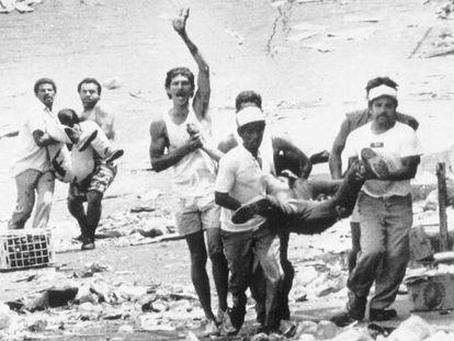 Cidadãos carregam cadáveres durante a revolta de 1989, em Caracas.
