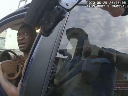 Imagem da câmera corporal de um policial mostra a sua pistola apontando para George Floyd dentro do seu carro.
