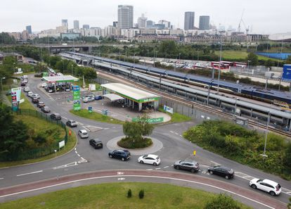 Vista aérea de uma fila de veículos em um posto de gasolina no leste de Londres, neste sábado.