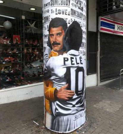 Pelé beija Freddie Mercury em uma rua de São Paulo.