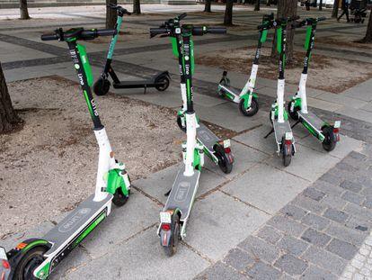 Patinetes elétricos de aluguel, estacionados no centro de Berlim.