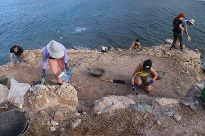 Arqueólogos da Universidade de Murcia escavam em outubro passado a ilha do Frade.