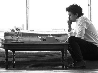 Benjamín Labatut, escritor chileno, em seu estúdio.