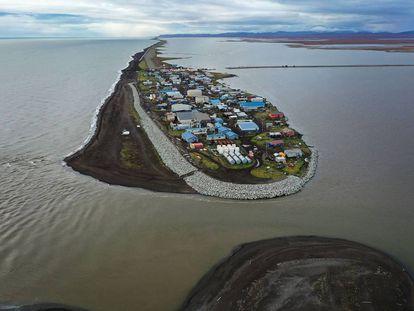 Imagem aérea de povoado da região de Kivalina, no Alascar, ameaçado pelo aumento do nível do mar.