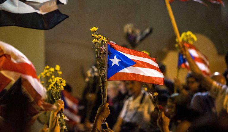 Multidão comemora em frente à mansão presidencial de La Fortaleza.