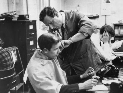 Montague Clifford era um barbeiro ambulante que, nos anos 60, barbeava trabalhadores como este, enquanto eles estavam no trabalho e fumavam. É um mito 'freelance'.