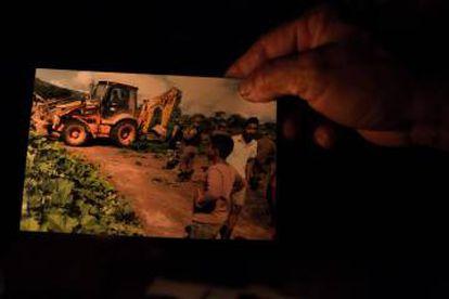 Foto mostra trator usado para destruir roças na área do Grotão do Mutum.