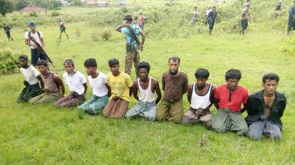 Os dez rohingyas assassinados na única chacina que o Exército birmanês admitiu ter cometido. Os jornalistas da Reuters que a investigavam estão na prisão