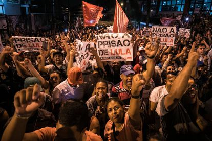 Apoiadores de Lula se concentram em São Bernardo do Campo, nesta quinta.