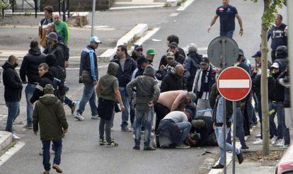 Torcedores socorrem um seguidor do Nápoles ferido por um disparo.