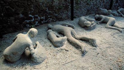 Reprodução da maneira como ficaram algumas das vítimas de Pompeia depois da erupção do Vesúvio.