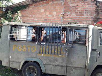 Presos foram flagrados detidos em camburão, em São Leopoldo.