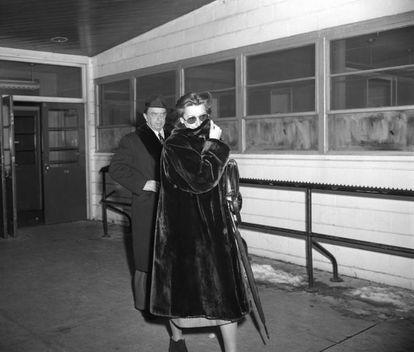Depois de deixar o cinema com apenas 36 anos, Greta Garbo se mudou para os Estados Unidos. Na imagem ela é surpreendida por um fotógrafo, em 1955, e cobre o rosto com o casaco.