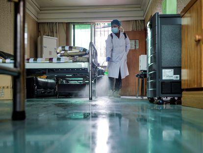 Agente desinfeta sala em centro médico em Qingshan, distrito de Wuhan (China), em 10 de fevereiro.