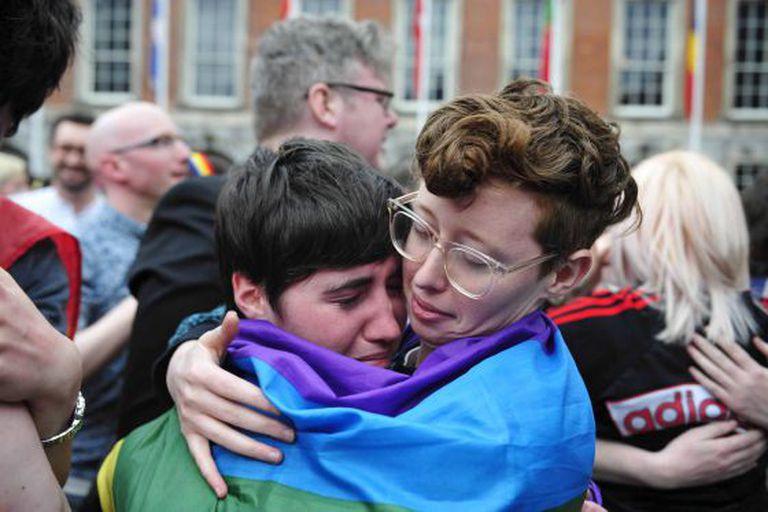 Simpatizantes da causa celebram o resultado do referendo em Dublin, no último sábado.