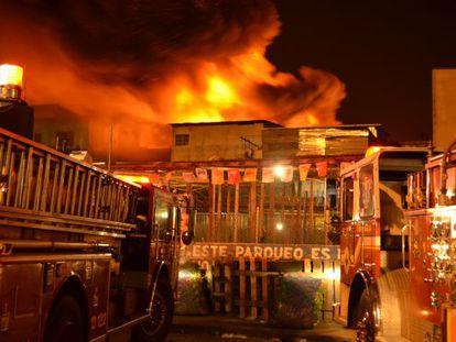 Os bombeiros trabalharam por mais de 12 horas para combater as chamas.