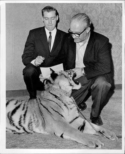 Fred Trump Jr., o pai de Mary L. Trump, assina um contrato com Murray Zaret (à direita), produtor do Festival de Animais de Estimação e Exposição de Filhotes, em 1966.