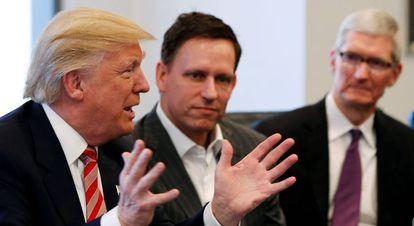 Trump diante de Peter Thiel (Facebook) e Tim Cook (Apple), durante evento em Nova York, em dezembro.