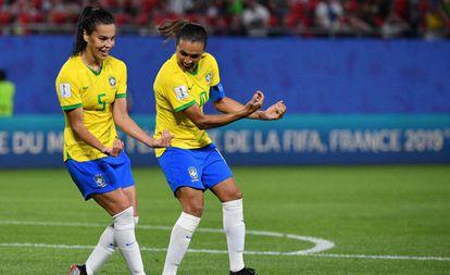 Marta comemora com Thaísa homenageando o afilhado da camisa 5.