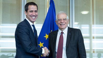 Juan Guaidó, à esquerda, com o Alto Representante da UE, Josep Borrell, em Bruxelas em janeiro.