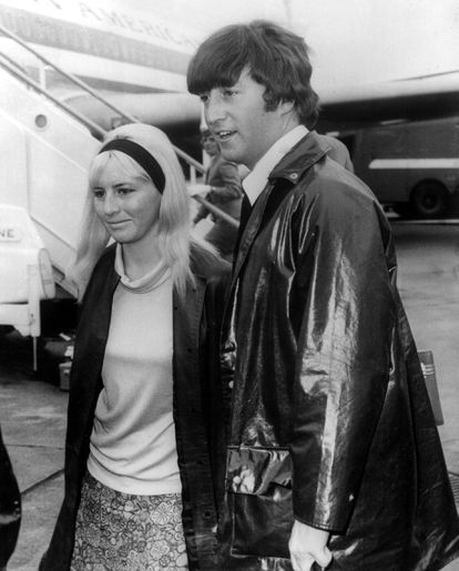 Cynthia Powell e John Lennon chegam ao aeroporto de Londres em 1964.