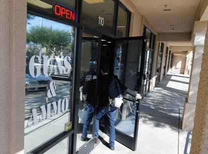 """""""Armas e Munição"""", reza um cartaz na entrada da loja"""