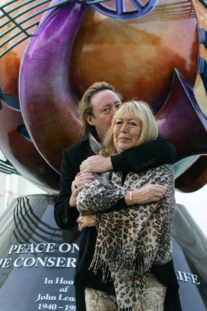 Julian Lennon abraça sua mãe Cynthia em Liverpool durante a inauguração de um monumento à paz para celebrar o aniversário de 70 anos de John Lennon, em outubro de 2010.