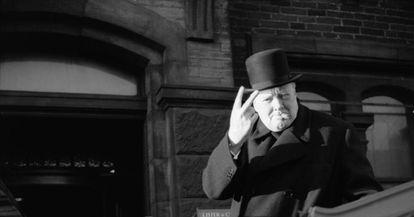 Winston Churchill faz o sinal da vitória durante uma visita a Bradford em 1942.
