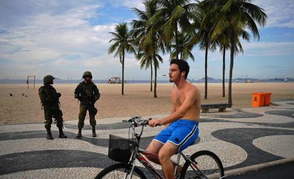 Militares patrulham Copacabana no dia 4 de abril.