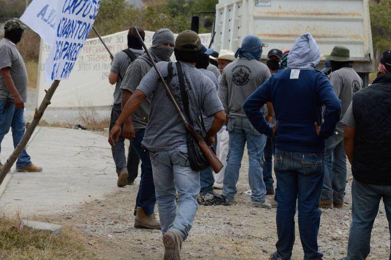 Membros de um grupo de autodefesa de Teloloapan a caminho de um protesto contra o cartel de La Familia, em janeiro.