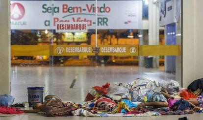 Imigrantes venezuelanos no chão da rodoviária de Boa Vista no início do ano passado.