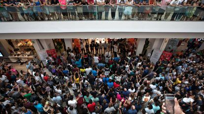 Clientes de AliExpress muito próximo de sua loja em Arroyomolinos, Madri, no momento de sua inauguração, neste domingo ao meio dia.