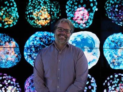 O bioquímico argentino José Polo posa com imagens de seus pseudoembriões humanos.
