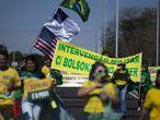 AME9264. BRASILIA (BRASIL), 28/06/2020.- Simpatizantes del presidente de Brasil, Jair Bolsonaro, marchan este domingo en una muestra de apoyo al mandatario y como respuesta a la jornada de manifestación nacional convocada también para hoy en contra de su Gobierno, en Brasilia (Brasil). EFE/ Myke Sena