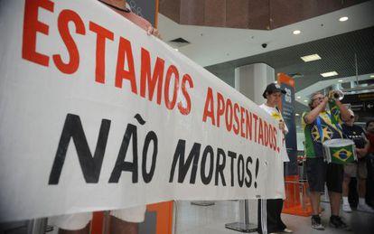 Aposentados do fundo de pensão Aerus protestam no Rio em 2013.