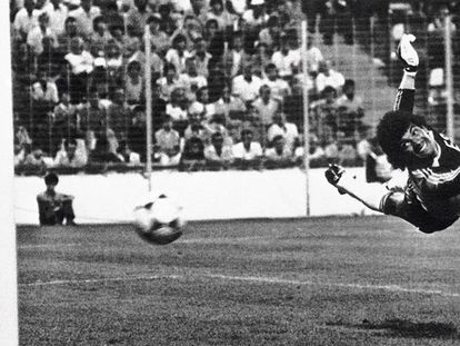 Luis Ricardo Guevara Mora leva um gol durante um dos jogos na Copa da Espanha de 1982.