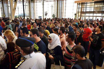 Viajantes aguardam embarque para abandonar Sharm o Sheij.