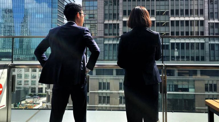 Jovens funcionários em Marunouchi, distrito financeiro de Tóquio