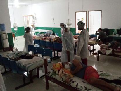 Camas da Unidade Básica de Saúde (UBS) do município de Faro, no Pará, são improvisadas com colchões na sala de espera.