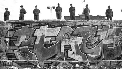 Pintada na cara ocidental do muro, vigiado por soldados orientais, em novembro de 1989.