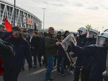 Uma policial utiliza gás de pimenta para tentar conter os manifestantes concentrados, no sábado, para protestar contra uma reunião do partido Alternativa para a Alemanha (AfD), em Stuttgart.