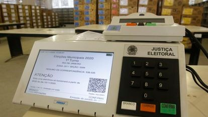 Uma urna eletrônica de um colégio eleitoral no Rio de Janeiro, nas eleições de 2020.