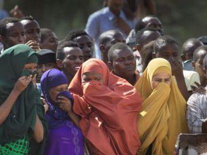 Uma multidão observa os corpos de autores do ataque exibidos no sábado.