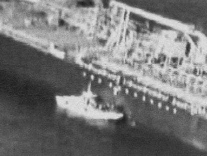 O suposto barco iraniano perto de um dos navios atacados. Em vídeo, a gravação divulgada pelos Estados Unidos e as declarações de Mike Pompeo (em inglês, com legendas em espanhol).