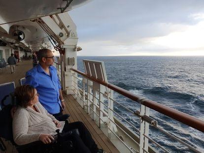 Kerry e Simon observam o mar a bordo do navio batizado de utopia. Viagem comemoraria 15 anos de casados.